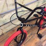 8ukjgbzxtt_06_bicicleta_cult_gateway_a_preto_e_vermelha